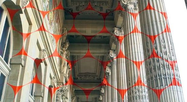 a_captivating_optical_illusion_in_paris_that_will_make_you_look_twice_640_03
